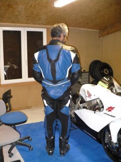 Réparation d'une combinaison moto