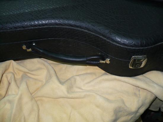 Réparation d'une poignée d'étui de guitare