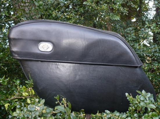 Réparation d'une sacoche de Harley Davidson avec changement du cuir